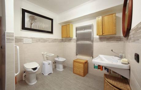 bagno con servizio per disabili al B&B Antiche Pietre